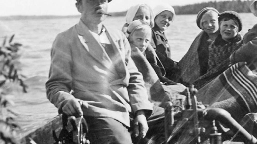 Ville Kasanen på Midsommarutfärd till Sälgrund år 1933. Fru Kasanen längst bak till vänster i vit huvudduk och dottern Lea i basker längst bak till höger.