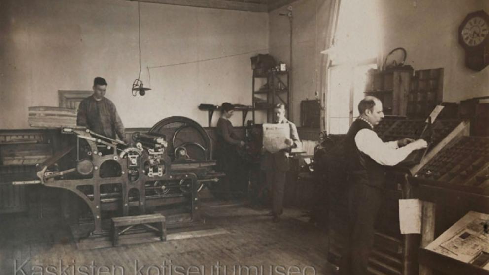 Tryckeriet år 1919. Artur Jacklin i mitten med Kaskö Tidning i handen.