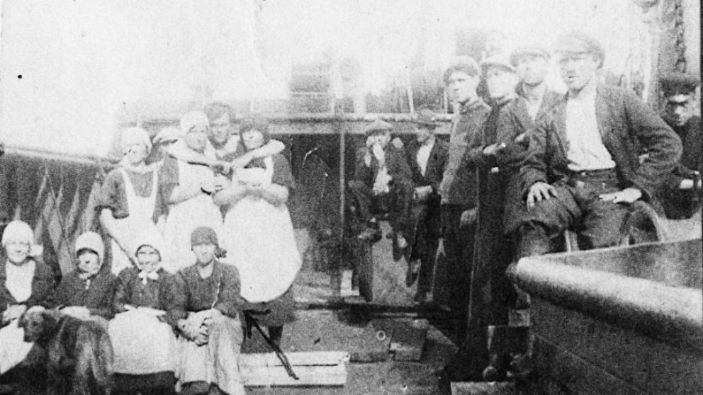 Henrika stående till vänster ombord på ett fartyg i hamnen år 1935.